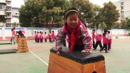 《爬越跳箱》一年级体育,熊芳