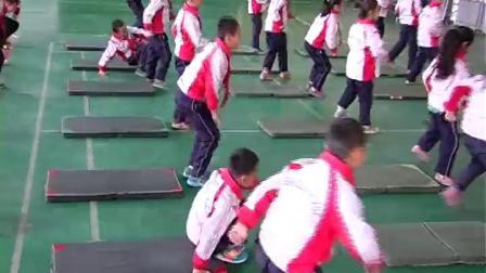 《前滚翻》二年级体育,吴彦玲