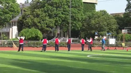 《投掷:双手向前抛实心球》科学版四年级体育,张威
