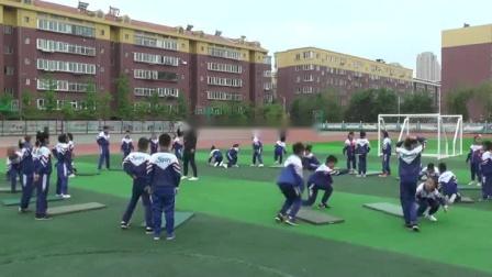 人教版小学三年级体育《前滚翻》课堂教学视频实录-李维航