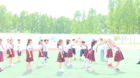 《投掷:双手向前抛实心球》科学版四年级体育,合肥市县级优课
