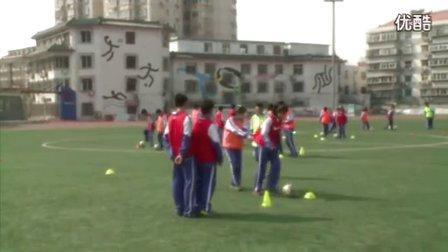 人教版初中体育八年级下册《足球:正脚背运球》教学视频